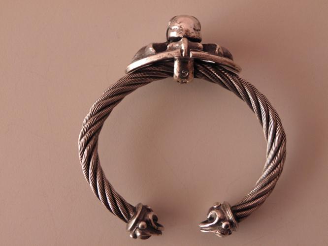 画像5: Skull On Cross Oval With Roller Tip Wire Bangle