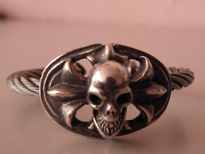 画像2: Skull On Cross Oval With Roller Tip Wire Bangle