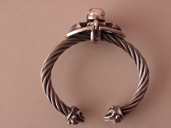 画像5: Skull On Cross Oval With Roller Tip Wire Bangle